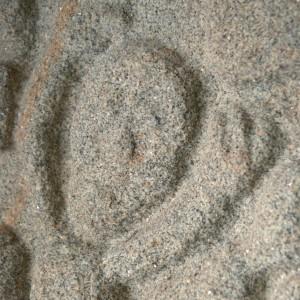 Tímpano da igrexa  románica de San Miguel do Monte (Chantada, Lugo, s. XIII), onde semella aparecer un tocador ou tocadora de castañetas a carón do rabel  e o pandeiro cadrado.