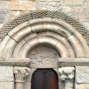 Tímpano da igrexa de San Miguel do Monte (Chantada, Lugo) onde se aprecia un tocador de rabel, outro de  pandeiro e quizais un bailador tocando as castañetas.  Fotografías do autor.