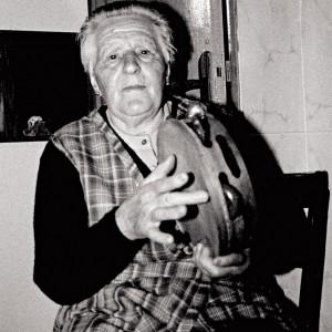 Celia Miramontes Ardións veciña de Cortegada (Ameixenda, Ames, A Coruña, 85 anos). Tocando a muiñeira, termando da pandeireta coa man esquerda e riscando co corazón da dereita. Fotografías do autor.