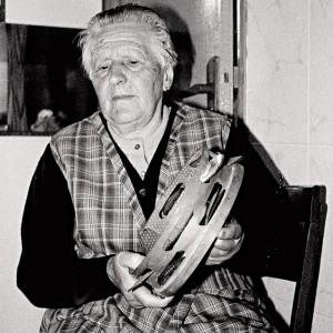"""Celia Miramontes Ardións veciña de Cortegada (Ameixenda, Ames, A Coruña, 85 anos).Toca a jota termando do instrumento coa man dereita, petando sobre o puño da man esquerda executa o toque denominado por iso """"empuñado"""". Fotografías do autor."""