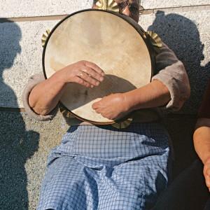 Veciña de Piornedo (Cervantes, Lugo) amosando dous xeitos diferentes de tocar a pandeira.  Fotografías do autor.