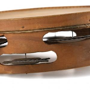 Pandeireta de nove pares de ferreñas feita por Manuel Calvo (c. 1980).  Destaca a substitución do furado por un rebaixe no marco para termar do instrumento, así como os furados das ferreñas redondeados debido ao uso dunha fresa eléctrica para facelos. Diámetro 24 cm. Fotografías de Alba Vázquez Carpentier.