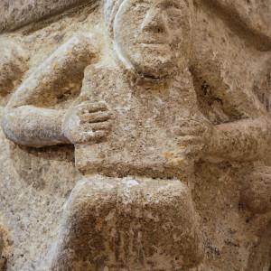 Muller tocando o pandeiro cadrado representada nun capitel da igrexa de San Martiño de Agudelo (Barro, Pontevedra, s.XII). Obsérvese que o marco do instrumento ten forma redondeada. No mesmo capitel aparece representado un tocador de fídula que aquí non amosamos. Fotografías do autor.