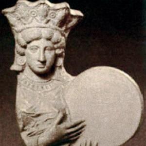 Representación da Cibeles romana  co seu tambor de marco, o tympanum.