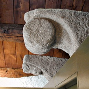 Ménsula de Santa Eulalia de Bóveda (Lugo) que podería representar un tambor de marco circular. Este motivo aparece nos canzorros de moi diversas edificacións románicas.