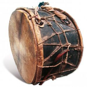 Tambor exipcio, El-Tabla El-Kabira, co seu pau entrelazado entre as cordas.