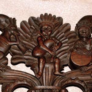 Gaiteiro acompañado de tambor e corno representado na sancristía da catedral de Tui, obra tallada no 1715 por Domingo Rodríguez (natural de Pazos de Borbén, Pontevedra). Obsérvese que o tamborileiro só leva un pau. Fotografía do autor.