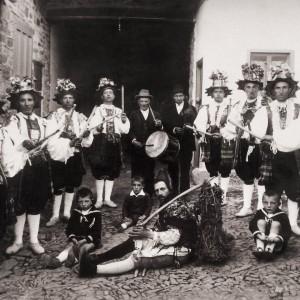 Gaitero e tamboriteiro acompañando a danza de Castrillos de los Polvazares (Maragatería, León) no 1928. Fotografía do arquivo de Luís Mondelo Sánchez.