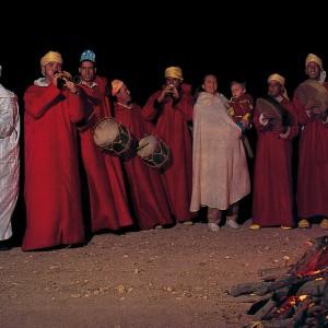 Marroquís tocando o tabl, apréciese a súa similitude cos actuais tambores galegos.