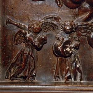 Gaiteiro acompañado de tocador de pito e tambor representados no cadeirado do coro de San Martiño Pinario (Santiago de Compostela, s.XVII). Na talla apréciase a rotura do pito do tocador do tambor. Fotografía do autor.