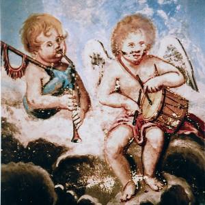 Anxos formando un conxunto de gaita de fol e tambor nas pinturas da capela da casa grande de Rosende (Sober, Lugo), feitas por Juan Bernardo Pérez de Castinandi, datadas no 1816. O tambor semella pendurado dunha correa que pasa polo lombo do músico, ten arrochos dobres e bordóns na pel superior.