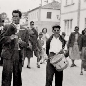 Gaiteiro e neno tamborileiro no antroido da Ulla, c. 1960. Do arquivo do autor.
