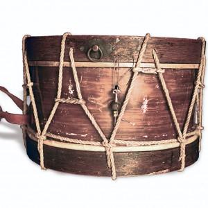 Tambor da colección de José Temprano.  Obsérvense os zunchos en pel de carneiro  e a correa para penduralo do pulso. Fotografía do autor.