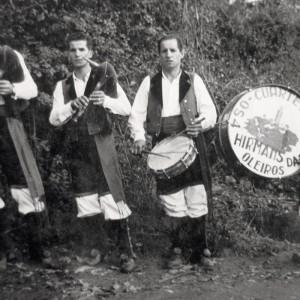 Os Catro Hirmáns da Xesta (A Xesta, Iñás, Oleiros, A Coruña, 1958). De esquerda a dereita: Antonio, Ángel, Manolo e Julio Carro Pardo.  Do arquivo do autor.