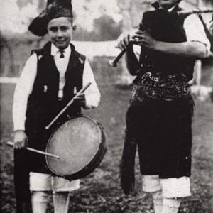 Gaiteiro e neno con caixa (Vedra, A Coruña, c.1930). Do arquivo do autor.
