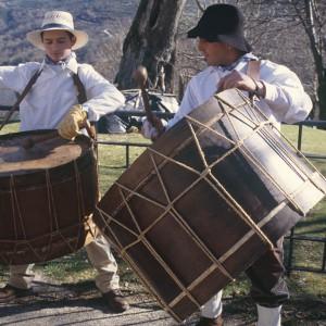 Tambores de antroido tensados trenzando  a propia corda (Vilariño de Conso, Ourense).  Fotografía do autor.
