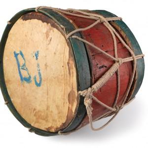 Pequeno tambor de antroido (Viana do Bolo, Ourense). Diámetro 55 cm, largo 36 cm.  Colección do autor. Fotografía Alba Vázquez Carpentier.
