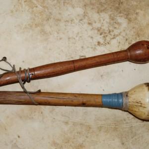 Mazas de bombo de mallada. A máis grosa,  forrada de escroto de carneiro, corresponde  á man dereita. Fotografías do autor.