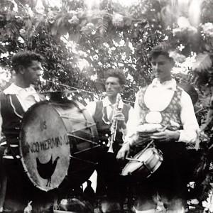Os cinco hermanos en Cavan (Viana,  Portugal). Bombo de cordas con pratiños.  Fotografía do arquivo de Armando Leça.