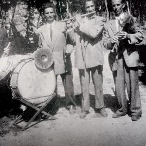 Bombo con pratiños no grupo de requinteiros  O Coro de Vea (A Estrada, Pontevedra, c. 1945). Do arquivo do autor.