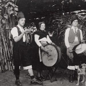 Conxunto de músicos, un dos moi escasos exemplos de fotografías de época onde aparece unha muller tocando o bombo (Vedra, A Coruña, c. 1955). Do arquivo do autor.