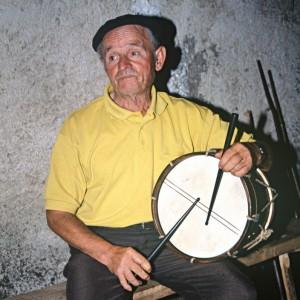 Bernardino (Vilarello de Donís, Cervantes, Lugo) tocando o tambor ao xeito en que o facían homes e mulleres para acompañar o canto.  Fotografía do autor.