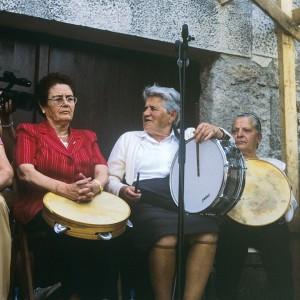 Tocadoras de pandeira e tambor na Festa  da Pandeira en Piornedo (Cervantes, Lugo).  Fotografía do autor.