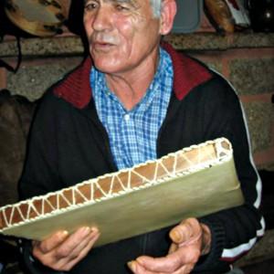 """Benito """"O Moucho"""", tocador de pandeiro de O Cabalo (Amoedo, Pazos de Borbén, Pontevedra). Fotografía por cortesía de Guillerme de """"O Tear de Llerena""""."""