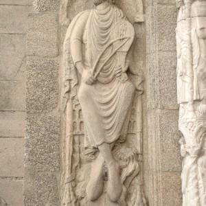 O rei David tocando o rabel na fachada  de Praterías da catedral de Santiago  de Compostela (s. XI).