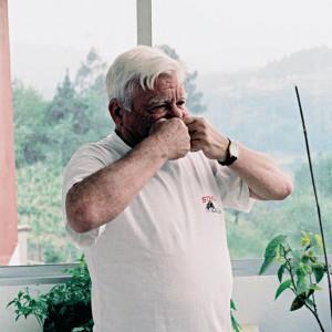 Antonio apoia a folla no beizo inferior. Fotografías do autor.