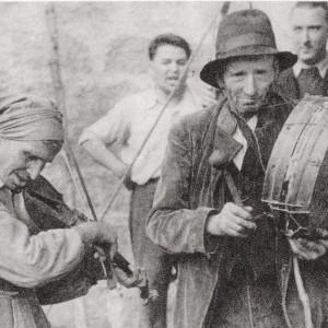 Coplas de ciego en la feria. Foto Bene. Fotografía tirada da publicación de José María Castroviejo <em>Galicia, guía espiritual de una tierra.</em> Ed. Espasa-Calpe S.A.