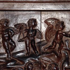 Conxunto de tres anxos tocando as ferreñas, os ferriños e a arpa no cadeirado do coro de San Martiño Pinario (Santiago de Compostela), obra de Mateo de Prado (Cumbraos, Sobrado, A Coruña) 1647. Fotografía do autor.