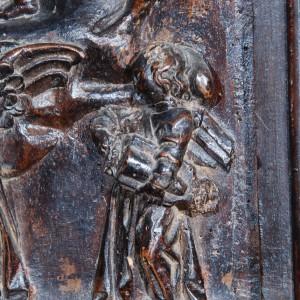 Zanfona representada no cadeirado do coro de San Martiño Pinario (s. XVII,  Santiago de Compostela, A Coruña).  Nótese que a caixa non é aguitarrada.  Fotografías do autor.