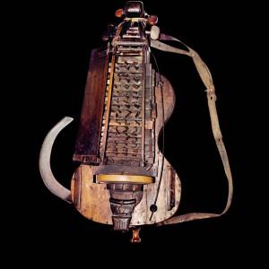 Zanfona conservada no Museo de Pontevedra. Referida no texto como 1. Fotografía do autor.