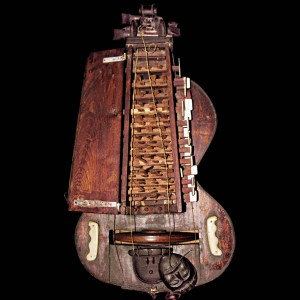 Zanfona conservada no Museo de Pontevedra. Referida no texto como 2. Fotografía do autor.
