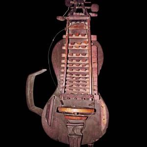 Zanfona conservada no Museo de Pontevedra. Referida no texto como 3. Fotografía do autor.