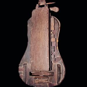 Zanfona conservada no Museo de Pontevedra. Referida no texto como 4. Fotografía do autor.