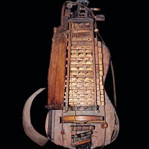 Zanfona conservada no Museo de Pontevedra. Referida no texto como 5. Fotografía do autor.
