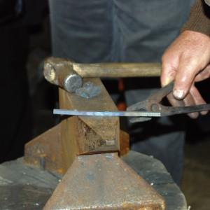 Para compoñer unha trompa, o primeiro é forxar o marco a partir dunha barra de ferro