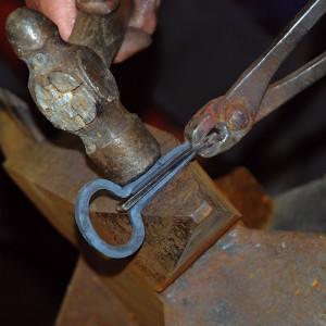 Agora introdúcese no marco unha peza de metal, de dimensións previamente calculadas, para que o marco fique exactamente coa forma da palleta