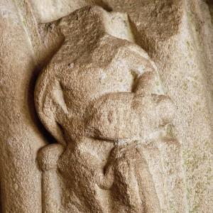 Zanfona representada no pórtico de San Bartolomeu o vello (Pontevedra, s. XIV) actualmente reconstruído nas ruínas de San Domingos. Nótese que o instrumento non ten a caixa aguitarrada senón en forma de laúde.  Fotografía do autor.