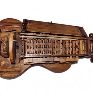 Zanfona que pertencera a un cóengo da Catedral de Santiago de Compostela.  Fotografía do autor.