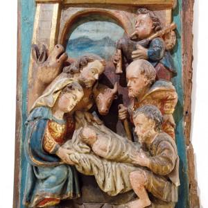 Gaiteiro representado nun relevo gardado no Museo Diocesano de Tui (Pontevedra)  procedente de San Salvador de Piñeiro (s. XVIII). Obsérvense as dúas orellas que conserva  o vestido da gaita de fol onde comeza  o punteiro. Fotografía do autor.