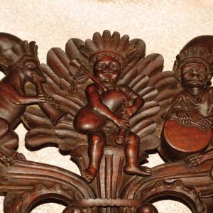 Gaiteiro na sancristía da catedral de Tui, obra tallada no 1715 por Domingo Rodríguez (natural de Pazos de Borbén, Pontevedra). Destaca a presenza do freque pendurando do roncón.  Fotografía do autor.