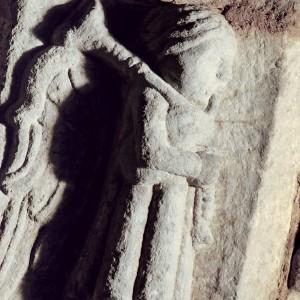 Anxo gaiteiro representado nun dos sepulcros da igrexa de San Domingos de Ribadavia (s. XIII-XIV). Nótese o único bordón acampanado só no remate. Fotografía do autor.