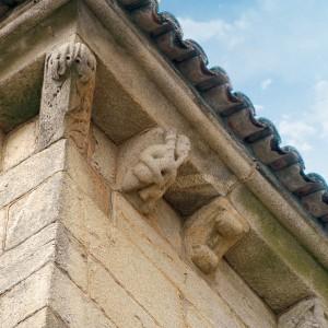 Canzorro na Casa Gótica (Santiago de Compostela, s. XIV). Sucesivas restauracións fan que a datación destes canzorros non estea clara; este en concreto podería ser moi recente. Fotografía do autor.