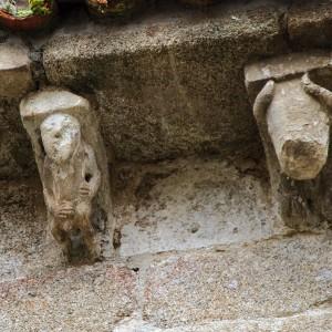 Malia estar moi deteriorado, a xulgar pola posición das mans, neste canzorro da igrexa de San Miguel de Eiré (Ferreira de Pantón, Lugo, s. XII) represéntase un gaiteiro. Fotografía do autor.