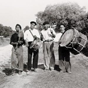 Grupo de gaiteiros en Vila Nova de Anços (Soure, Portugal). Fotografías do arquivo de Armando Leça.