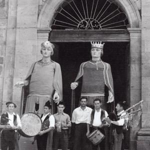"""O grupo """"Airiños da Antela"""" (Xinzo de Limia, Ourense) co seu gaiteiro José Villarino  tocando unha gaita de fol de tres bordóns acompañando aos xigantes de Quiroga. Obsérvense as anelas do roncón ao máis puro estilo escocés. Fotografía do arquivo de Conchita Rúa."""