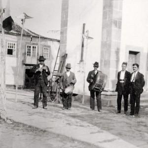 Gaiteiro tocando unha gaita de barquín  en Valença do Minho (Portugal).  Fotografia do arquivo de Armando Leça.